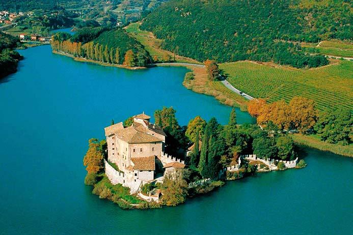 красивое озеро Тоблино в Италии