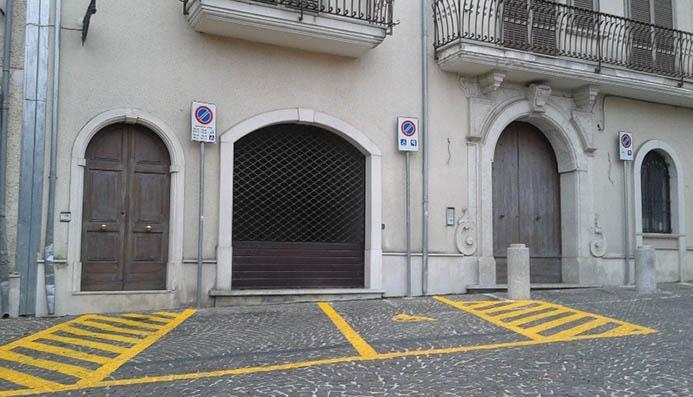 желтая разметка парковки в Италии Парковка запрещена
