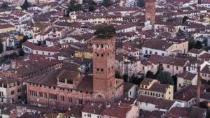 На фото башня Гуиниджи в Лукке.