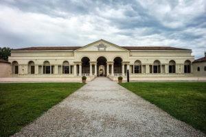Палаццо Те находится на юге Мантуи.