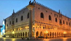 Герцогский дворец в Мантуе вечером.