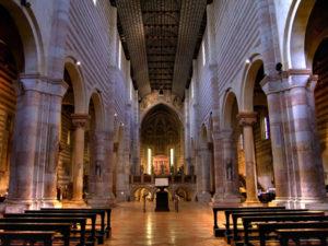 Внутри Базилики Святого Зено в Вероне.