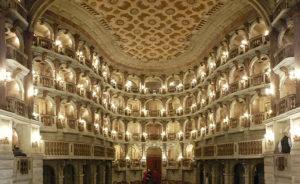 Внутри театра Бибиена.
