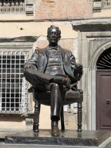 На фото памятник Джакомо Пуччини возле музея в Лукке.