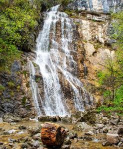 Небольшой водопад Cascato sul Lago di Molveno