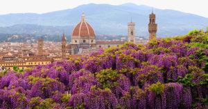 С сада Бардини открывается красивый вид на город.